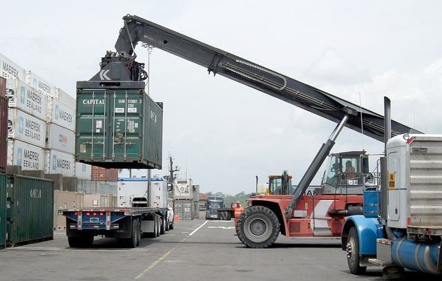 What are the uses of tilt tray trucks?